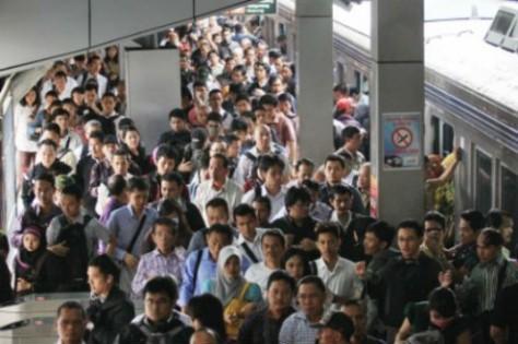 Pekerja-Commuter-Jakarta-thejakartapost.com_-490x326