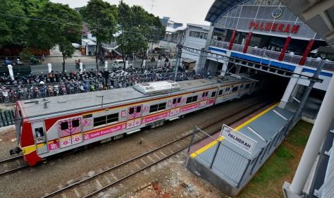 Rangkaian Kereta Rel Listrik (KRL) melintas di Stasiun KA Palmerah, Jakarta Barat, Senin (6/7).